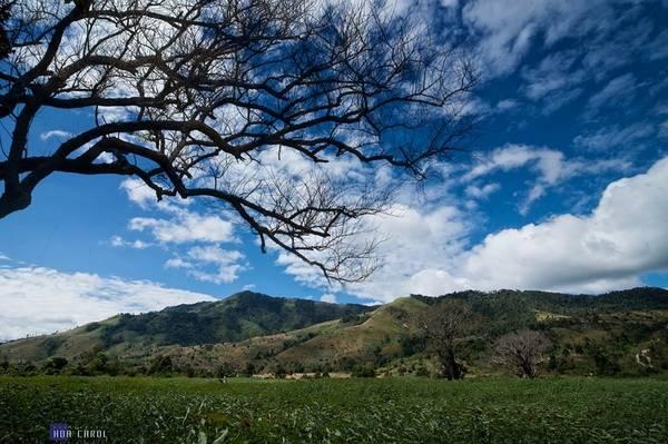 Description: Khung cảnh bầu trời xanh thanh bình bao quanh ngọn núi lửa.
