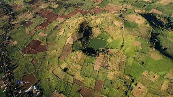 Description: Toàn cảnh núi lửa Chư Đăng Ya qua góc nhìn flycam .