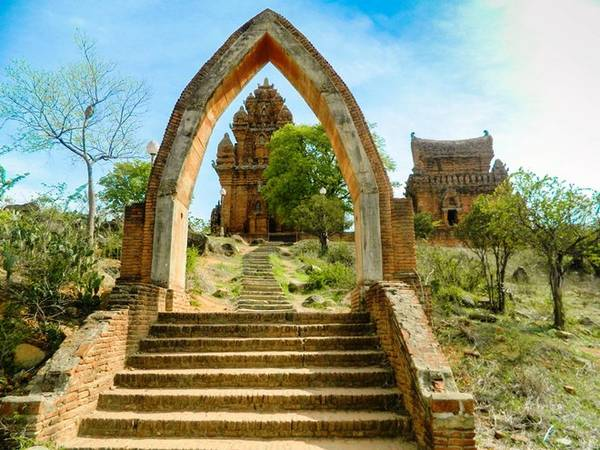 Description: Tháp Po Klong Garai nằm trên ngọn đồi Trầu, phường Đô Vinh, thành phố Phan Rang – Tháp Chàm. Ảnh: Bảo Nghi