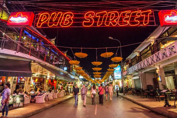 Khu phố Tây Pub Street với nhà cửa san sát, sầm uất và rất nhộn nhịp về đêm. Ảnh: Cory.com