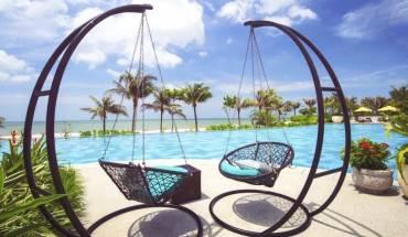 Pool Bar nằm ngay bên hồ bơi là nơi lý tưởng để thưởng thức ly cocktail, những trái dừa tươi mát lạnh hoặc các thức uống mang hương vị tuyệt hảo của miền nhiệt đới. Ảnh: iVIVU.com