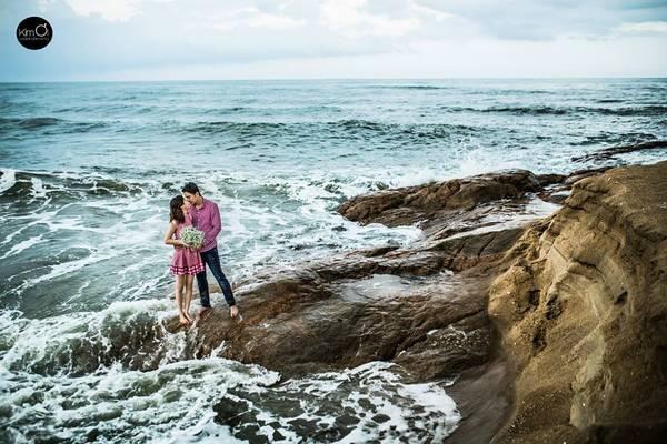 Biển Hồ Cốc khá sâu và hay có những con sóng mạnh thi thoảng tràn bờ, hoặc đâu đó những bãi đá nhấp nhô với nhiều hình dạng kỳ thú.