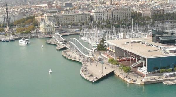 Rambla del Mar ở đoạn cuối Las Ramblas là cây cầu treo có dạng các con sóng biểu tượng sự kết nối của thành phố với Địa Trung Hải - Ảnh: wiki