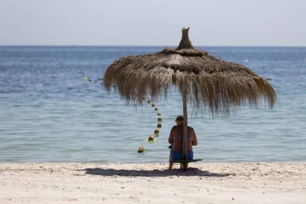 Sau hai vụ đánh bom nhắm vào người nước ngoài trong năm 2015, các bãi tắm và khách sạn ở Tunisia rơi vào cảnh chợ chiều - Ảnh: lapresse