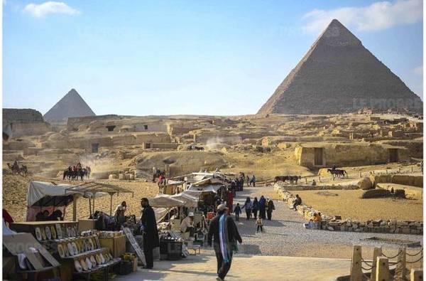 Các kim tự tháp ở Ai Cập ngày càng vắng bóng du khách - Ảnh: AFP