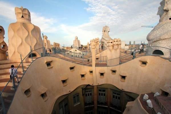 Du khách tham quan tầng thượng tòa nhà Casa Mila - Ảnh: wp
