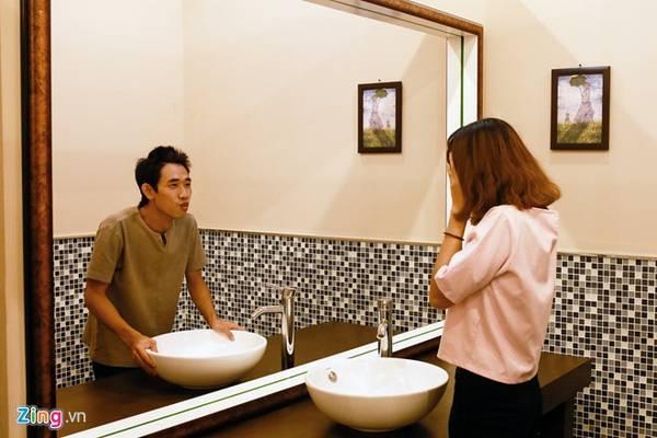 Qua tấm gương soi thần kỳ này bạn sẽ thấy một con người khác của mình trong gương. Ảnh: Zing