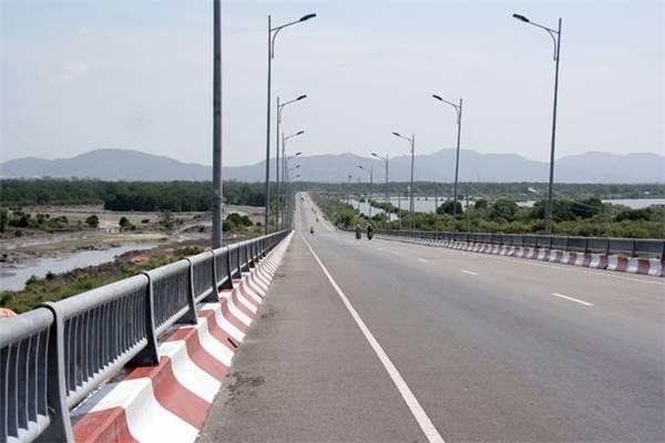 Cây cầu thẳng tắp với phong cảnh hai bên. (Ảnh: Internet)