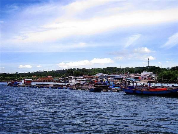 Những bè nuôi hải sản ở Long Sơn. (Ảnh: Internet)