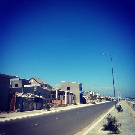 Description: Đoạn đường dọc bờ biển thuộc thị trấn Phước Hải - Ảnh: Mail Mail