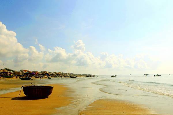 Nằm ngay dưới chân núi Minh Đạm, bãi biển Phước Hải mang vẻ đẹp hoang sơ, tự nhiên dành cho những du khách thích tắm biển và hóng gió vào mỗi buổi chiều. Ảnh: ST