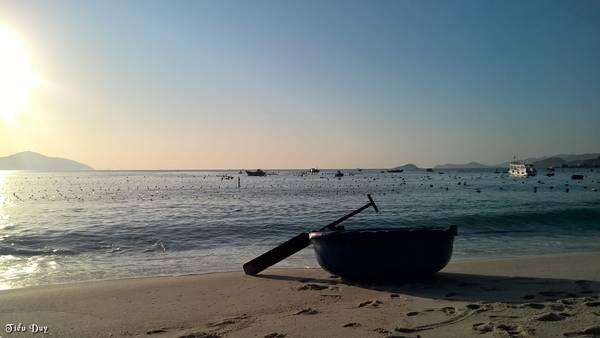 Description: Biển Bình Lập bình yên trong buổi sớm. Ảnh: Tiểu Duy
