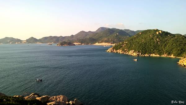 Description: Cửa Bé nhìn từ đảo Bình Ba, phía xa xa là khu vực cảng quân sự. Ảnh: Tiểu Duy