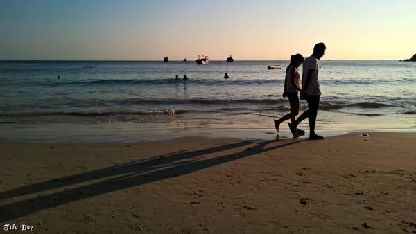 Description: Dạo biển chiều ở bãi Nồm. Ảnh: Tiểu Duy