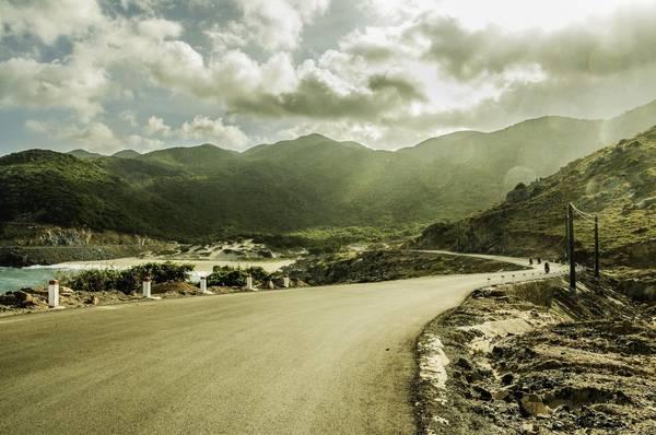 Description: Con đường đèo dốc uốn lượn dọc bãi biển Bình Tiên. Ảnh: Mai Huu Hanh