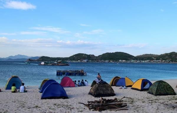 Description: Cắm trại qua đêm ngay trên bãi biển là một trải nghiệm vô cùng thú vị – Ảnh: phuot