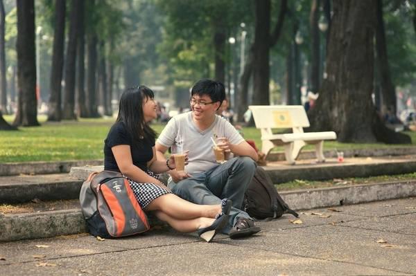 """""""Cà phê bệt"""" bên nhà thờ Đức Bà là nơi tụ tập quen thuộc của các bạn trẻ ở Sài Gòn. Ảnh: Vuong Tran"""