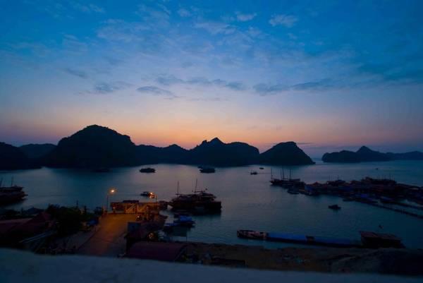 Description: Cảng Bến Bèo lúc bình minh. Ảnh: Catbavietnam.com