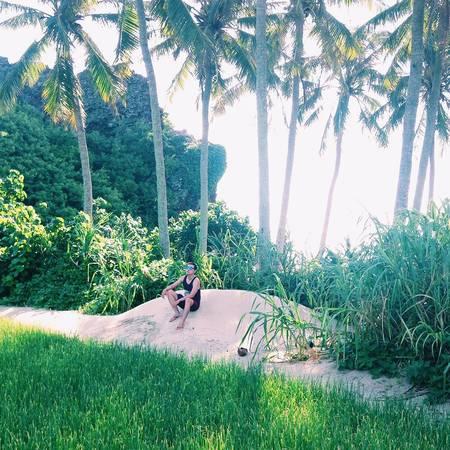 """Cánh đồng tỏi: Được mệnh danh là """"vương quốc tỏi"""", do vậy chẳng có gì lạ khi bạn sẽ được nhìn thấy những cánh đồng tỏi mướt tầm mắt tại đây. Tỏi Lý Sơn thường được trồng trên những cánh đồng cát, xếp hình bậc thang theo triền núi, thổ nhưỡng cộng với gió biển mặn mòi đã mang lại cho tỏi Lý Sơn một hương vị đặc biệt, không giống với bất cứ nơi nào khác. Ảnh: instagram"""
