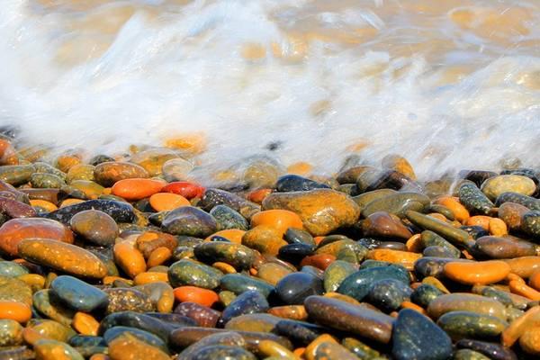 Thủy triều cùng những con sóng hàng nghìn năm đã mài nhẵn các viên đá cuội với vô số hình hài, hoa văn lạ lẫm. Ảnh: Hồ Ngọc Thanh