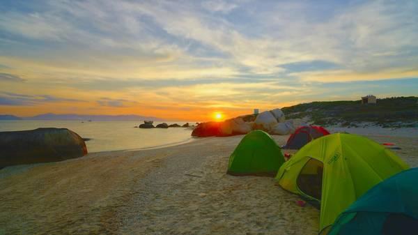 Cắm trại qua đêm trên đảo. Ảnh: Khoa Võ - Lâm Võ - Ar.Tuấn