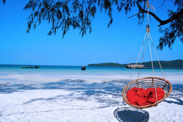 Những bờ cát trắng xóa nối dài bao quanh lòng biển trong xanh của Koh Rong sẽ mang lại cho bạn cảm giác thư giãn thoải mái. Ảnh: Ben bruce