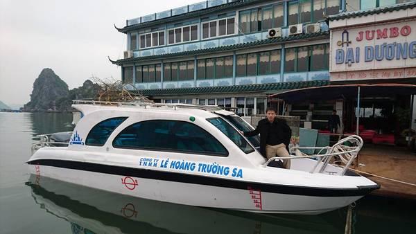 Để ra Bái Đông, từ Cảng tàu Bãi Cháy hay Bến Đoan, chỉ cần khoảng 2h - 2h30 phút tàu chạy và mức giá cũng không cao, chỉ 30.000 VND/khách. Ảnh: Dragon Eye Island