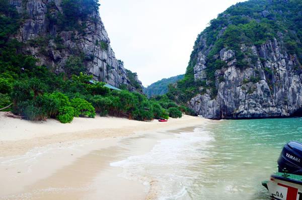 Bãi cát Bái Đông thoải, nước xanh ngắt với những con sóng êm đềm nối nhau vỗ bờ. Ảnh: baoquangninh