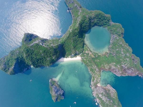 Tuy nhiên, điều đặc biệt khiến hòn Bái Đông trở nên khác biệt giữa hàng nghìn hòn đảo tuyệt đẹp của khu di sản thiên nhiên thế giới chính là Mắt Rồng độc nhất vô nhị. Ảnh: Dragon Eye Island