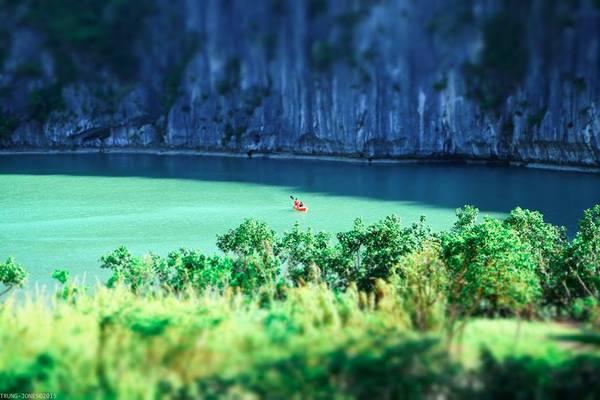 Áng nước hình tròn độc đáo, như một điểm nhấn giữa lòng núi thật hấp dẫn với ai thích chèo thuyền kayak để khám phá hệ sinh thái đa dạng trong lòng đảo. Ảnh: Trung Jones