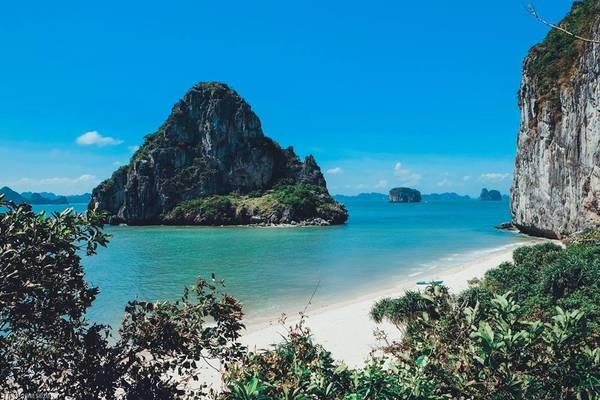 Đặt chân xuống hòn Bái Đông, bạn sẽ cảm nhận được sựêm dịu của cát chạy qua kẽ chân và nước biển trong mát. Ảnh: Dragon Eye Island