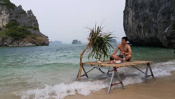 Hiện tại, các công trình phục vụ nhu cầu ăn nghỉ đã được chủ đầu tư tiến hành xây dựng nhưng vẫn chưa đưa vào khai thác. Khó khăn lớn nhất là nước ngọt phục vụ du khách. Dự tính trong tháng 4/2016, đảo sẽ cung cấp các dịch vụ như chèo kayak, xuồng bay, thuyền phao, áo phao, câu hải sản, tiệc nướng dã ngoại… và nhiều khả năng sẽ đón khách trong năm nay. Ảnh: Dragon Eye Island