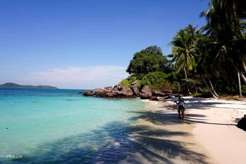 Bãi cát trắng mịn và làn nước trong xanh.