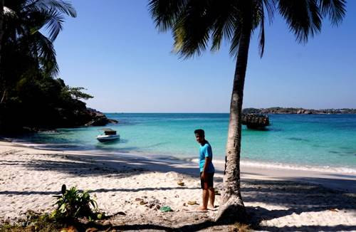 Đảo còn vắng vẻ và hoang sơ, du khách nên có ý thức giữ gìn vệ sinh môi trường, không xả rác bừa bãi.
