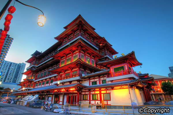 Từ phía ngoài, chùa dễ dàng gây được ấn tượng mạnh với bất kỳ ai bởi hình dáng tráng lệ và màu sắc nổi bật. Ảnh: Singapore-guide.com