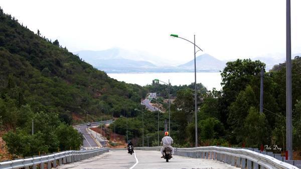 Cung đường ven biển DT702 tuyệt đẹp nối Phan Rang và Cam Ranh. Ảnh: Tiểu Duy