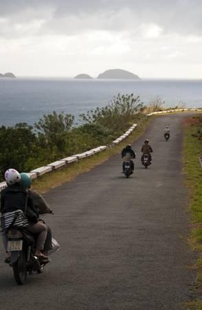 Chạy xe giữa khung cảnh biển tuyệt đẹp của Côn Đảo. Ảnh:Duncan Jefferies