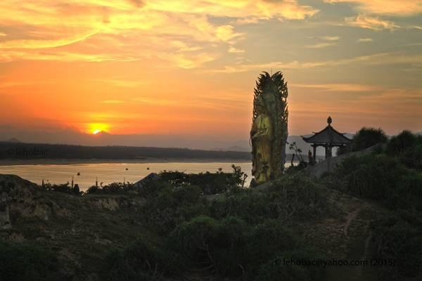 Tượng Phật đôi ở Tịnh Xá Ngọc Hòa. Ảnh: Lê Hồ Bắc