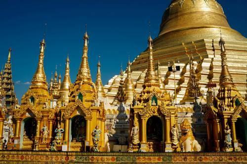 Những ngọn tháp nhọn dát vàng rực rỡ ở Myanmar. Ảnh: Trung Hiếu