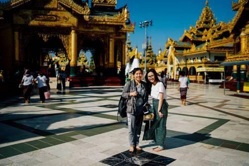 Vào đền chùa ở Myanmar bạn phải mặc các trang phục kín đáo. Ảnh: Trung Hiếu