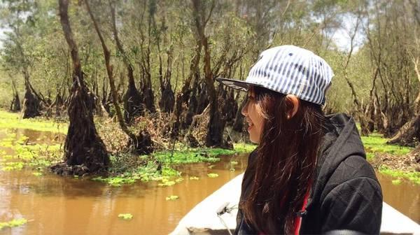 Rừng tràm Trà Sư, An Giang: Với diện tích khoảng 850 ha, rừng tràm Trà Sư phủ một màu xanh mơn mởn của đám bèo tây giăng kín mặt nước. Đây sẽ là một trải nghiệm bạn không thể bỏ lỡ khi đi thuyền trên đồng nước mênh mang và say mê với vẻ đẹp mát rượi của khu rừng, lắng nghe tiếng chim chóc kêu thật gần và những bông điên điển vàng nghiêng nghiêng soi bóng. Ảnh:Thạch Thảo