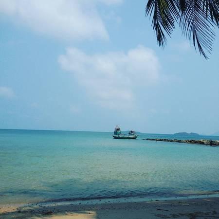 Quần đảo Hải Tặc, Kiên Giang: Đảo Hải Tặc ở Kiên Giang được xem là một điểm đến lạ lùng ngay từ tên gọi. Thực chất đây là tên của một quần đảo gồm 16 hòn đảo mà lớn nhất là đảo Hòn Tre (Hòn Đốc), nằm ở xã Tiên Hải, huyện Hà Tiên. Nơi đây cách bờ biển Hà Tiên gần 28 km và đảo Phú Quốc 40 km. Đa phần diện tích đảo là cây rừng che phủ, nơi giáp với nước mặn là ghềnh đá trơ trọi và hoang sơ. Tại đây, ngoài việc được tìm hiểu và nghe những người bản địa kể lại những câu chuyện về nguồn gốc, xuất xứ tên gọi của quần đảo Hải Tặc, bạn sẽ có cơ hội trải nghiệm cảnh quan thiên nhiên với những vẻ đẹp hoang sơ, mát ngọt và trong lành. Ảnh:khanhloc.scorpio