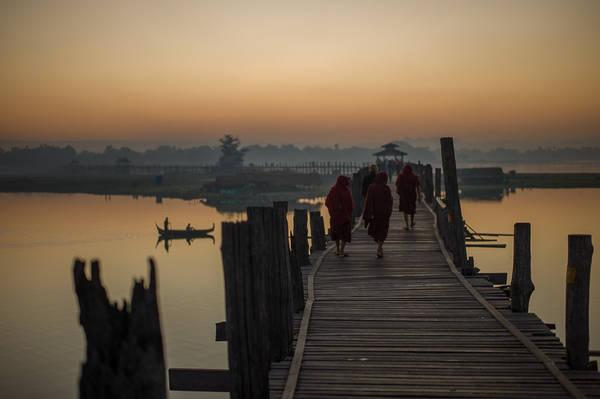 Cầu Ubein: Cầu Ubein ở làng cổ Amarapura là cây cầu gỗ tếch dài nhất thế giới (1,2km). Cây cầu gỗ bắc ngang sông đã gần 200 tuổi là đường về nhà của những người dân làng Amarapura, con đường hành hương của các vị sư mặc áo thụng dài phấp phới… Cảnh hoàng hôn trên cầu U Bein rực rỡ và gây ấn tượng mạnh đến nỗi bất kỳ du khách nào từng được chiêm ngưỡng đều sẽ ghi nhớ mãi.Ảnh: shashinski.com