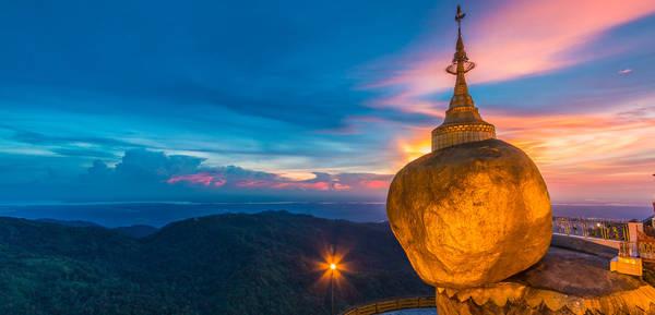 Golden Rock: Lên đỉnh chùa Kyaiktiyo (hay còn gọi là Golden Rock – Chùa Núi Vàng) và thưởng ngoạn cảnh quan tuyệt đẹp từ trên đỉnh núi cũng là một trải nghiệm mới mẻ. Golden Rock nổi tiếng bởi sự chênh vênh và bề mặt dát vàng. Tương truyền rằng, dù chỉ tiếp xúc một ít với bề mặt núi nhưng Golden Rock vẫn sừng sững là do có sợi tóc của Phật giữ vững nó.Ảnh: visitmyanmar.com