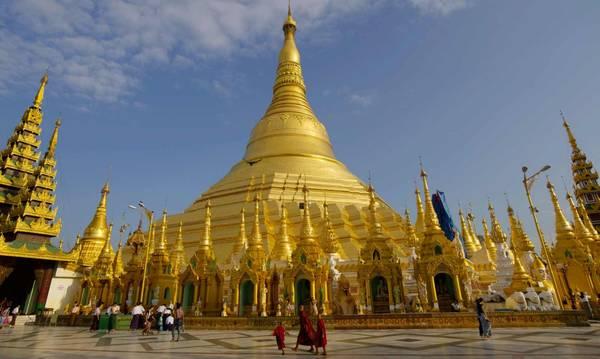 Chùa vàng Swedagon: Được xây dựng cách đây hơn 2.500 năm, chùa Shwedagon được lưu truyền là nơi lưu giữ 8 sợi tóc của Đức Phật. Ngọn tháp chính của chùa cao tới 98 m và được bao phủ bằng hơn 30 tấn vàng và hàng trăm viên kim cương. Du lịch Yangon đến với chùa Shwedagon vào bất cứ thời điểm nào trong ngày, bạn đều sẽ bị choáng ngợp bởi sắc vàng. Tuy nhiên, ở mỗi thời điểm khác nhau, sắc vàng ấy sẽ thiên biến theo một cung bậc khác nhau, khiến nơi đây mang một sức hút khó cưỡng đối với du khách.Ảnh: thelinstravel.com