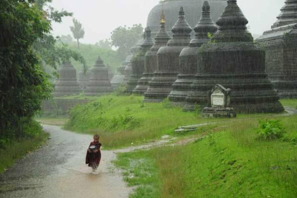 Thành phố cổ Mrauk U: Là trung tâm đền chùa lớn thứ 2 ở Myanmar. Đến đây bạn sẽ được chiêm ngưỡng những ngôi đền được xây dựng bằng gạch đá từ thế kỷ 15 còn sót lại, nằm ẩn mình trong những ngọn đồi và các ngôi làng nhỏ. Đặc biệt bạn sẽ có cảm giác như nơi đây là vùng đất của huyền thoại, bởi những màn sương mù bao trùm cả thành phố vào buổi sáng. Bạn cũng có thể đến thăm những ngôi làng ven sông cho một cảm giác phiêu lưu và thú vị hơn.Ảnh: excursiopedia.com