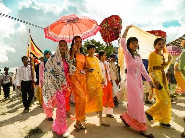 Description: Trong thời gian diễn ra lễ hội Kate, những thiếu nữ Chăm sẽ diện những bộ áo dài truyền thống, bẽn lẽn, e lệ bước chậm rãi trong chuyến hành hương về tháp cổ của dân tộc. Ảnh: Văn Trãi