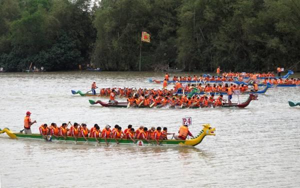 Description: Đua thuyền rồng trên sông Đà Rằng, TP. Tuy Hòa. Ảnh: laodong.com.vn