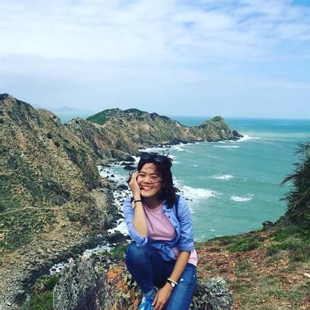 <strong>Eo Gió:</strong> Nằm trên địa bàn xã Nhơn Lý, cách thành phố Quy Nhơn khoảng 20 km, Eo Gió là một địa danh du lịch mới mà du khách khi đến thành phố biển miền Trung này đều muốn ghé tham quan. Tên gọi Eo Gió bắt nguồn từ hình dáng địa lý của khu vực này, đứng từ trên các mỏm đá xung quanh nhìn xuống bạn sẽ thấy một eo biển nhỏ được che chắn bởi dãy núi như một vòng tay ôm gọn bãi biển tuyệt đẹp ở đây. Ảnh: Instagram