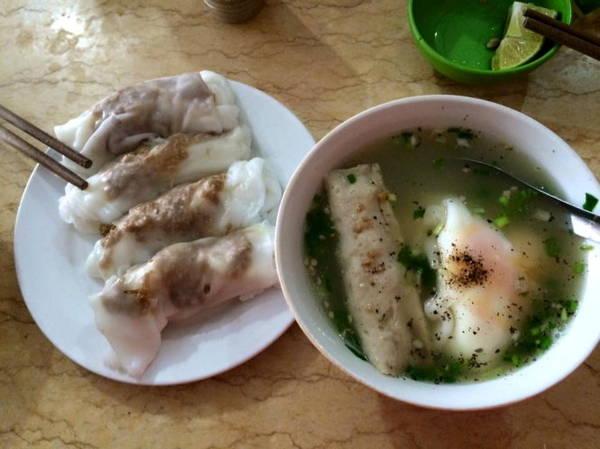 Bánh cuốn Cao Bằng có nước dùng, giò và các gia vị hấp dẫn thực khách - Ảnh: Huyền Trần1